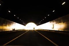 驾车在隧道出口 库存照片