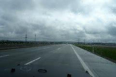 驾车在雨中 免版税库存图片