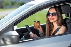 驾车她的妇女 免版税库存图片