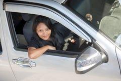 驾车妇女年轻人 免版税图库摄影