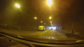 驾车往光在黑暗的隧道末端高速,旅行乘汽车 股票视频
