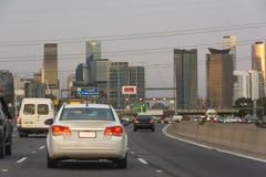 驾车沿往都市市中心的高速公路 免版税库存图片