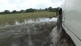 驾车湿fileld土地Arfica徒步旅行队 股票录像