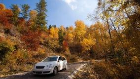 驾车通过在一个五颜六色的秋天季节的庞泉沟山 免版税库存图片