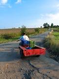 驾驶一台小拖拉机的人 免版税库存图片
