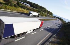驾驶一条beautyful高速公路路线的卡车 库存照片
