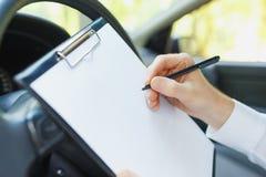 驾驶一辆昂贵的汽车的西装的可爱的英俊的典雅的人 免版税库存图片