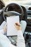 驾驶一辆昂贵的汽车的西装的可爱的英俊的典雅的人 免版税库存照片