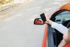 驾驶一辆昂贵的汽车的西装的可爱的英俊的典雅的人 免版税图库摄影