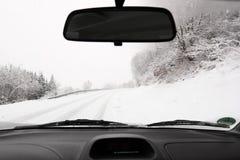 驾驶一辆汽车在冬天 免版税图库摄影