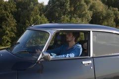 驾驶一辆经典汽车 免版税库存照片