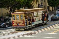 驾驶下坡在旧金山的缆车 库存图片