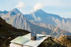 驾驶与在山的GPS 免版税库存图片