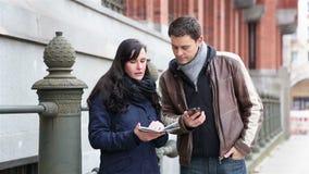 驾驶与城市地图和智能手机的夫妇 股票视频