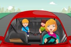 驾驶与她的孩子的母亲 免版税库存图片