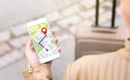 驾驶与手机地图应用的妇女 免版税库存照片