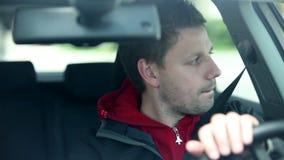 驾驶与汽车在城市,当聊天与乘客时 股票录像