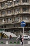 驾驶两的蓝色在一个老大厦前面的方向标 库存照片