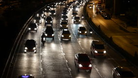 驾驶交通堵塞的高速公路在晚上 影视素材