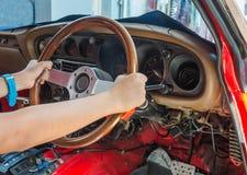 驾驶人的手 在路上 免版税库存图片