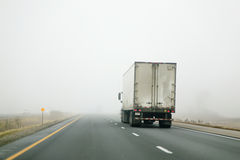 驾驶入雾的牵引车拖车 免版税库存图片