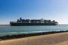 驾驶入鹿特丹港的集装箱船的看法  免版税库存图片