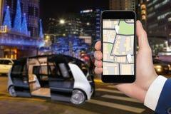 驾驶公共汽车的自已控制由流动app 图库摄影