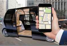 驾驶公共汽车的自已控制由流动app 免版税图库摄影