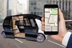 驾驶公共汽车的自已控制由流动app 库存图片