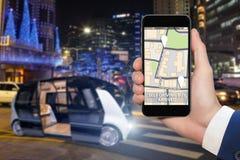 驾驶公共汽车的自已控制由流动app 免版税库存图片