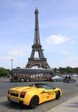 驾驶出租Lamborghini的顾客在艾菲尔铁塔附近 库存图片