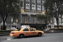 驾驶到华尔道夫Astoria著名旅馆的NYC出租汽车,位于 免版税库存照片