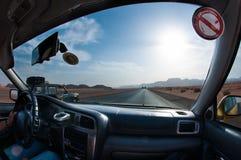 驾驶到旱谷兰姆酒风景、沙漠和山,约旦 在冒险的路 免版税库存图片