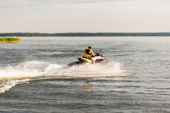 驾驶喷气机滑雪,阻碍和做水的浪花一个人滴下 免版税库存照片