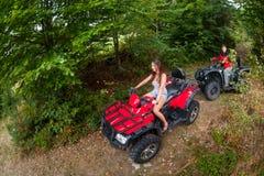 驾驶四轮汽车ATV的愉快的夫妇 图库摄影