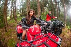 驾驶四轮汽车ATV的愉快的美好的夫妇 免版税库存照片