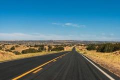 驾驶在一个晴天夏天在亚利桑那 免版税库存照片