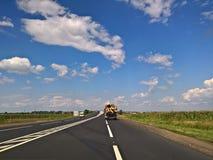 驾驶在一个美好的夏日-有日志的卡车 库存图片