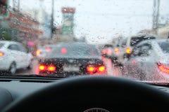 驾驶在一多雨在城市 免版税库存图片