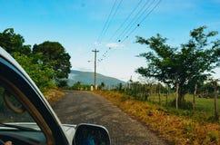 驾驶在一条土路在牙买加 免版税库存图片