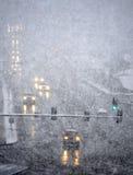 驾驶在与飞雪雪的冬天风暴 免版税图库摄影