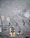 驾驶在严厉雪风暴在镇里 库存图片