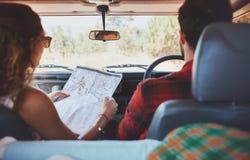 驾驶在乡下公路的夫妇 免版税图库摄影