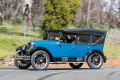 1926年驾驶在乡下公路的威力斯经由陆路Whippet 96游览车 免版税库存照片