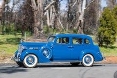 1937年驾驶在乡下公路的帕卡德120C轿车 图库摄影