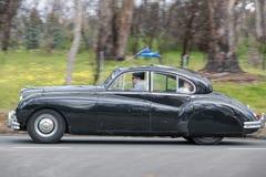 1955年驾驶在乡下公路的捷豹汽车Mk VII M交谊厅 免版税库存图片