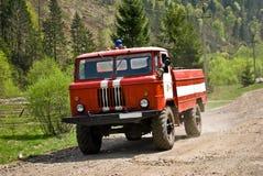 驾驶在乡下公路的消防车 库存图片