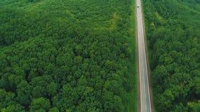 驾驶在乡下公路的白色卡车鸟瞰图在森林4K里 股票录像