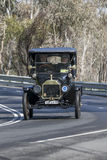 1915年驾驶在乡下公路的福特式样T游览车 库存照片