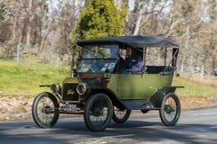 1913年驾驶在乡下公路的福特式样T游览车 库存照片